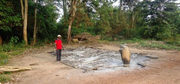 Oyourou Gnégbré, chef de Niagbaméko devant les cendres de l'ancien poste de contrôle des FRCI à Bogoboua