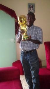 Koudou Gogo Arcadius présentant ici, la Coupe Pokou Laurent