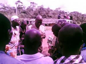 Grand Ziki : Bogoboua, rencontre du sous préfet avec la population pour l'identification du site du monument de l'entrée du Grand Ziki.
