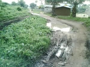 Dans le grand Ziki. Le quartier Olirédou souffre. Une vue de la rue principale qui relie l'Inspection primaire au quartier Dioula. Photo : LÉGOU Frédéric