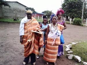 Le couple Légou Isidore du retour de l'Église accompagné de la Chorale Catholique de Zikisso.