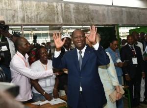Alassane Ouattara, dans un bureau de vote à Abidjan, ce dimanche. Photo Sia Kambou. AFP