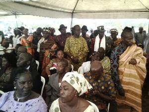 les chefs du Grand Ziki debout pour écouter le message du président Ouattara à Lakota
