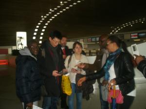 Les techniciens d'Aquassistance au départ de Paris entourés des rmembres de l'Association Awahi