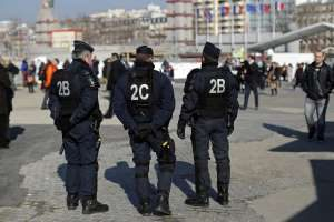 Copyright : BENOIST TESSIER/REUTERS - Des CRS de faction Porte de Versailles à Paris.