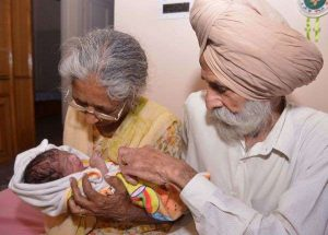 © AFP PHOTO / NARINDER NANU Daljinder Kaur se dit âgée d'environ 70 ans, un scénario fréquent en Inde où nombre de gens n'ont pas de certificat de naissance tandis que la clinique a évoqué l'âge de 72…